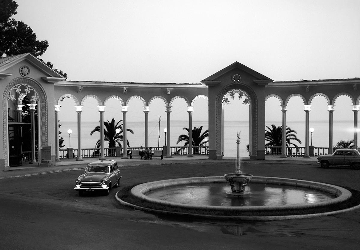 Gagri. Julij 1965. Kolonada in fontana v Primorskem parku.