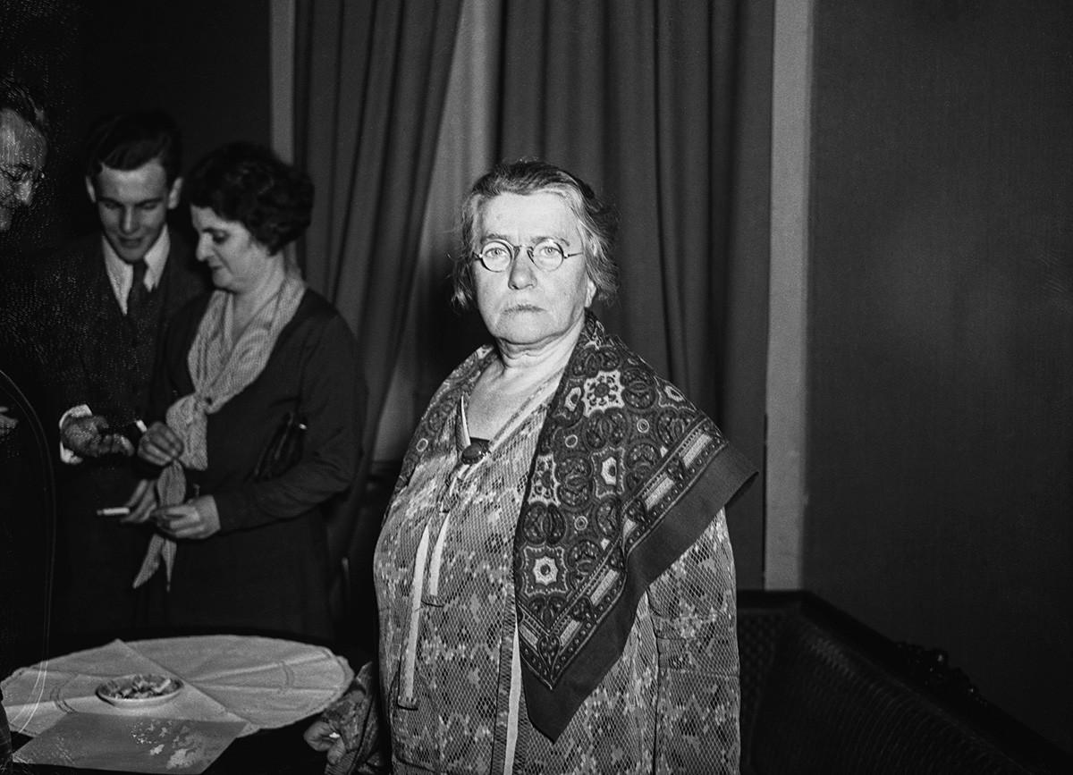 Ема Голдман, некада један од најопаснијих лидера радикалног покрета, сада (15 година после депортације) радосна што се вратила у САД и захвална председнику Рузвелту за дозволу да борави у Америци 90 дана. Фотографија је направљена 2. фебруара 1934. године, када је Голдманова допутовала у Њујорк.