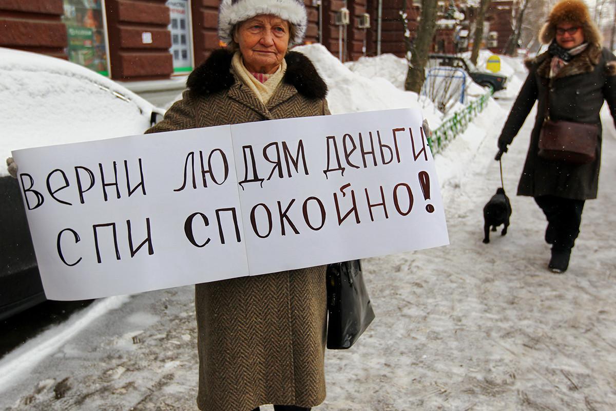 Protest Zveze upokojencev Rusije proti ustanovitvi finančne družbe MMM-2011 pred bivališčem Sergeja Mavrodija, na transparentu piše