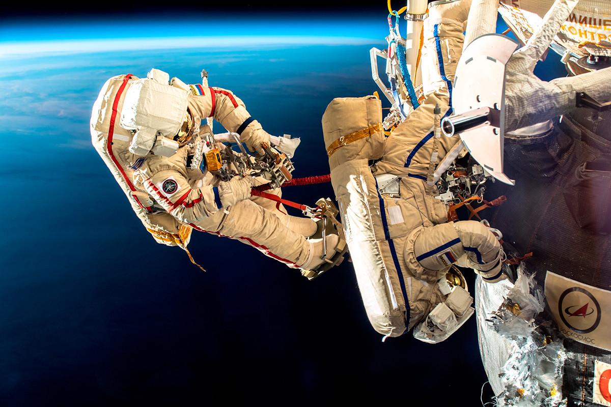 Cosmonautas russos caminham no espaço.