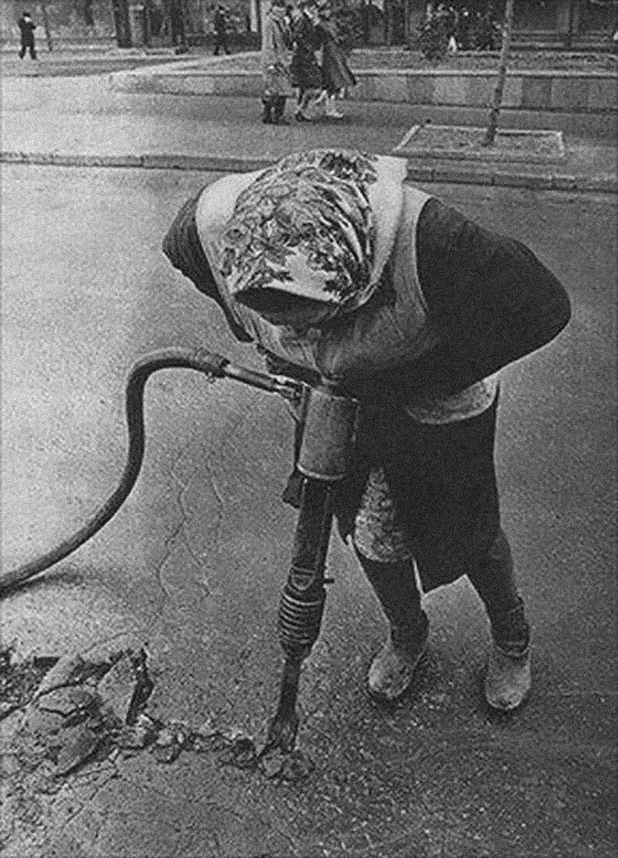 'Bábushka' soviética haciendo obras en la carretera