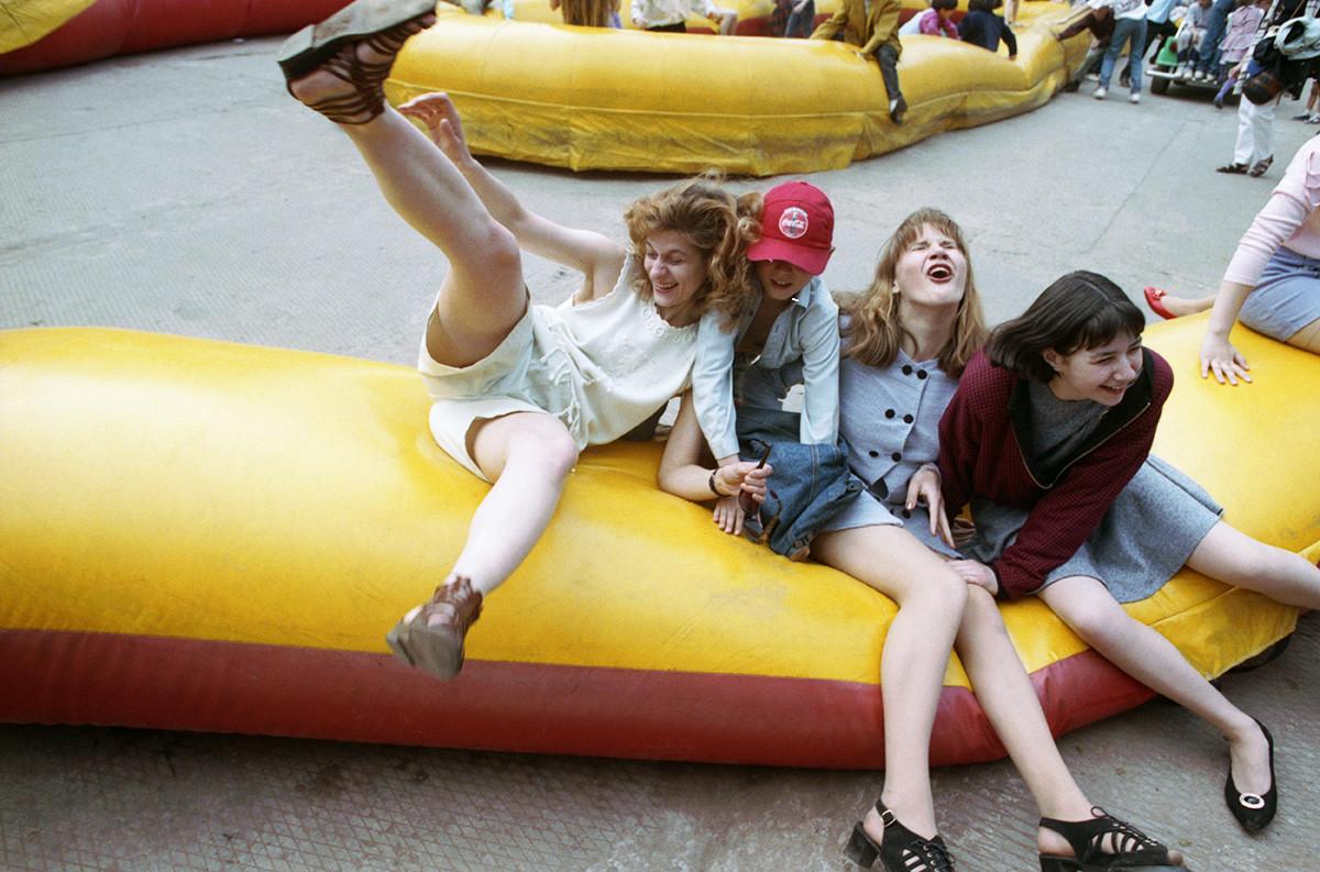 Jeunes femmes au parc Gorki, à Moscou