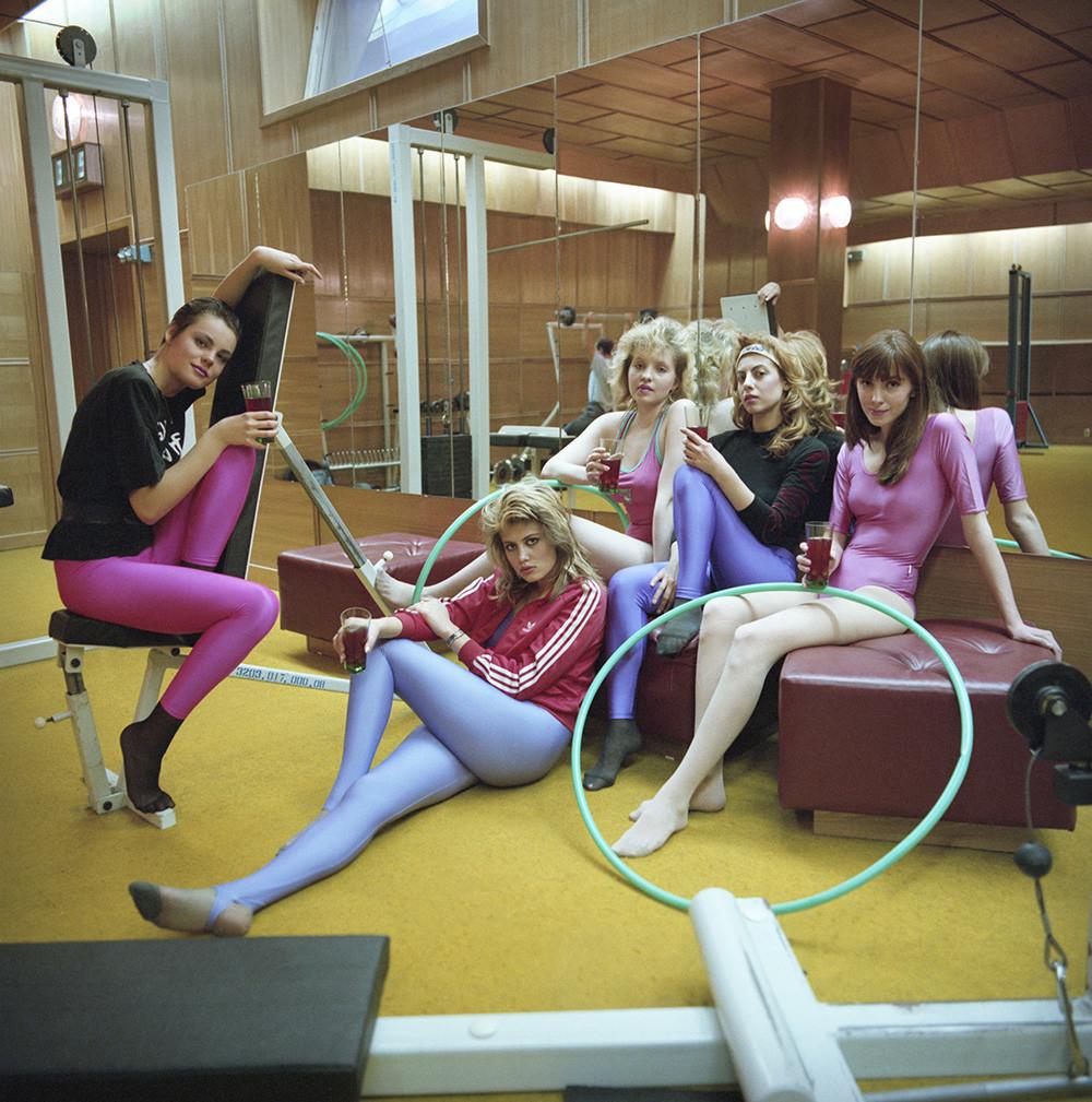 Des mannequins après une séance d'entrainement à la salle de sport. Moscou, 1990.