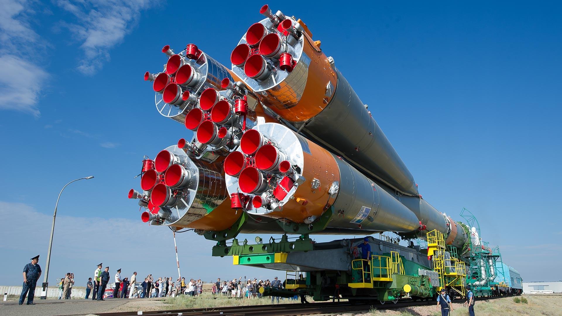 Transport nosilne rakete Sojuz FG z ladjo Sojuz MS v kozmodromu Bajkonur