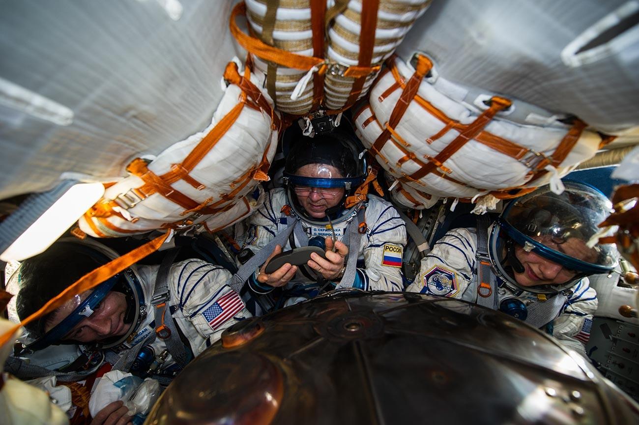 Posadka v sojuzu za MVP (z leve proti desni) Andrew Morgan (NASA), Oleg Skripočka (Roskosmos) in Jessica Meir (NASA)