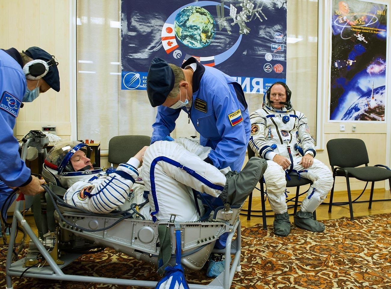 Posadka Sojuza TMA-14M v sestavi Aleksander Samokutjajev (levo, Roskosmos) in Barry Wilmore (desno, NASA) med pomerjanjem skafandrov