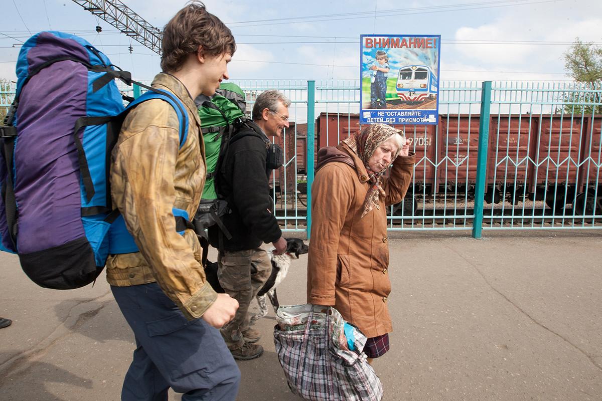 Amantes de la dacha en una estación de tren.