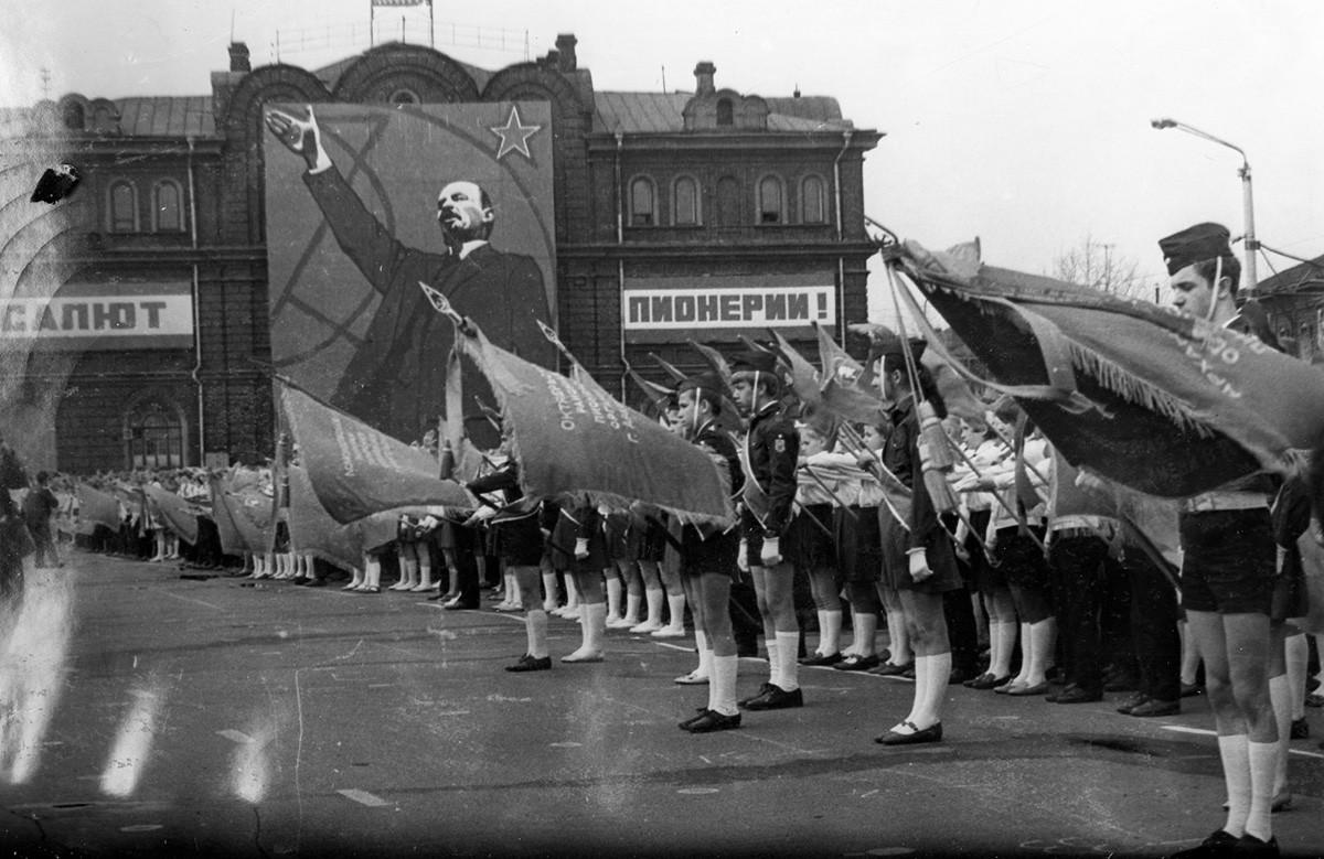 Des activistes et pionniers de l'AGChCh célébrant le 60e anniversaire de l'organisation de jeunesse Pionniers communistes fondée par Vladimir Lénine.