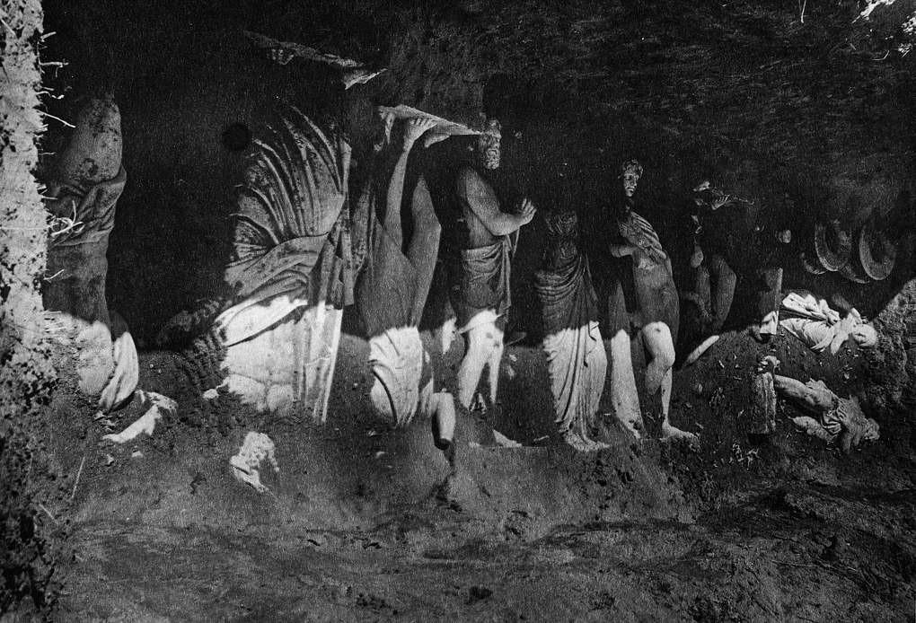 Skulpturen begraben im Unterpark von Peterhof, 1944