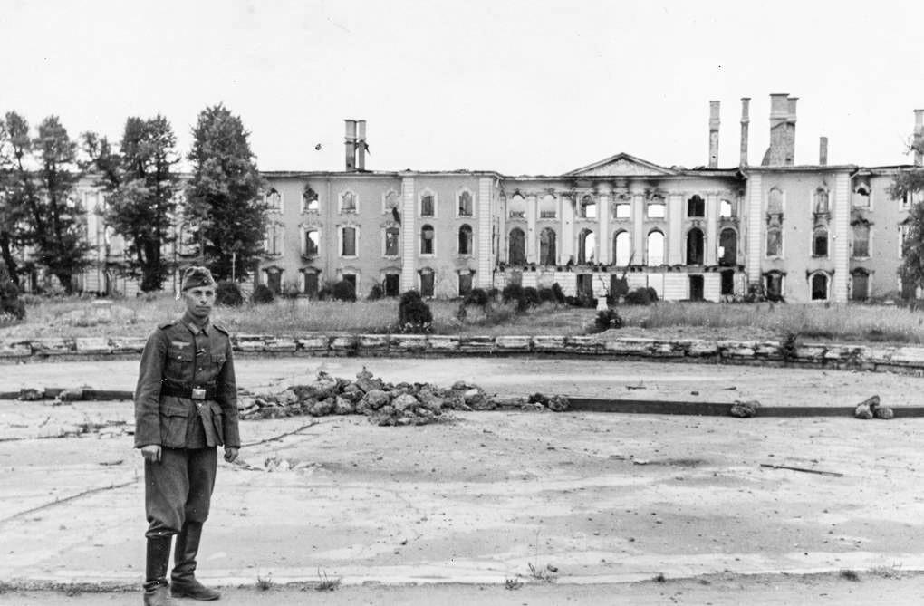 Ein deutscher Soldat posiert vor dem Großen Palast in Peterhof, 1943