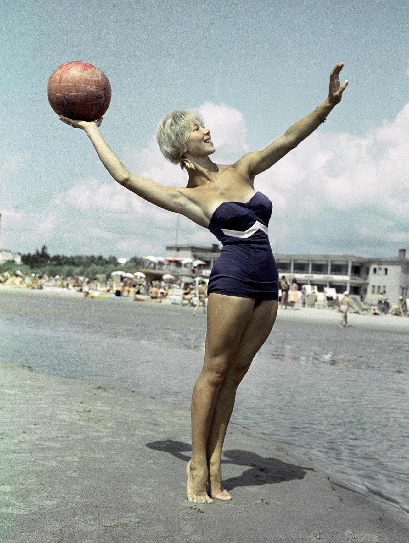 На плажа в Естонската съветска социалистическа република през 1960-те