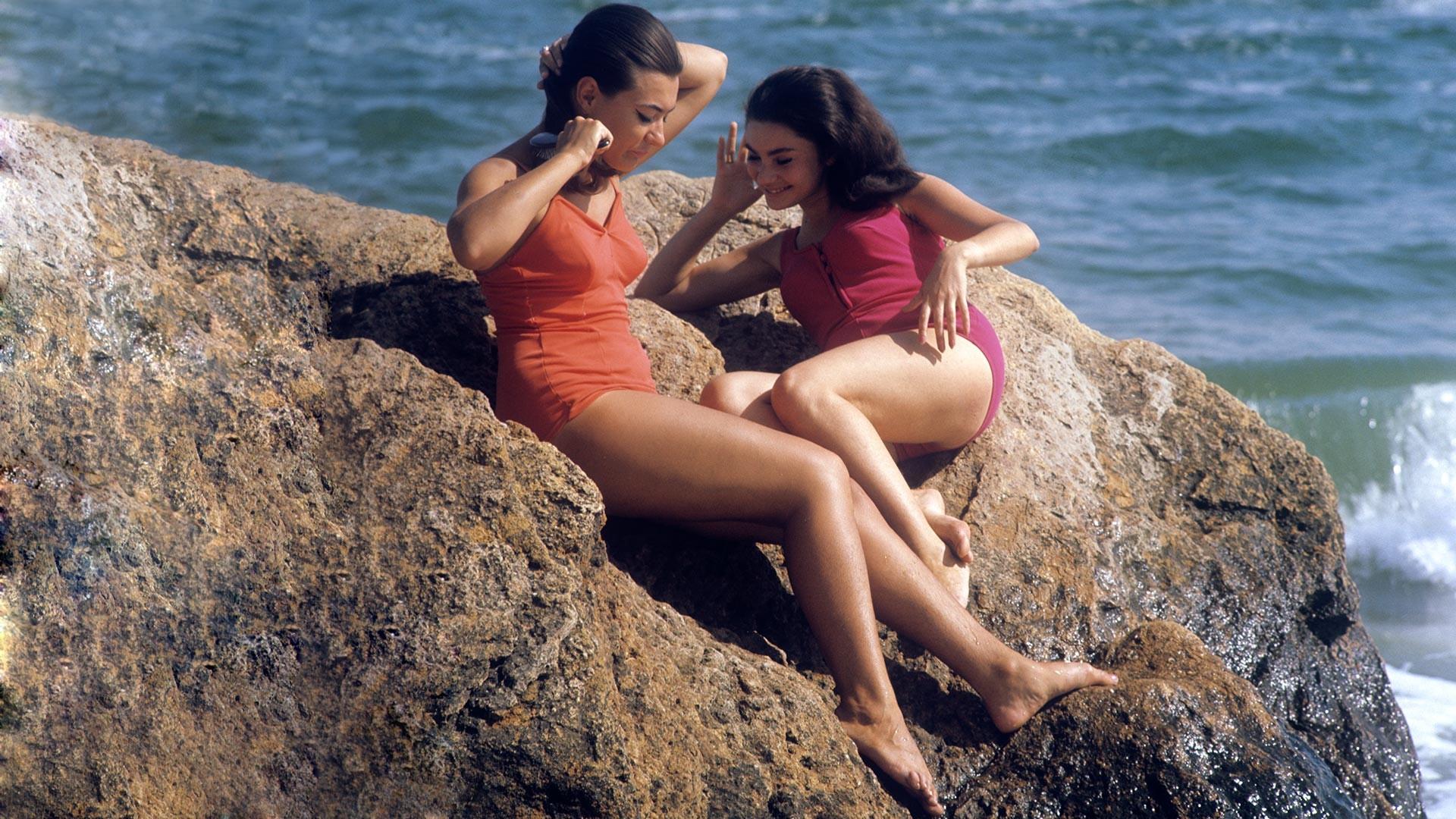 Ragazze sugli scogli in una spiaggia di Odessa