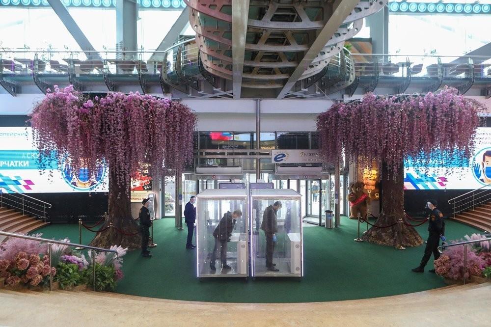 Cabines de desinfecção na entrada do shopping Evropeiski (Europeu)