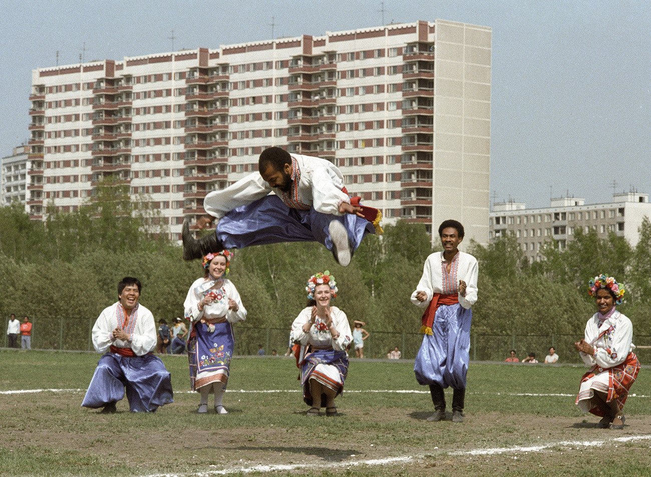 Universitários da UDN apresentando dança ucraniana