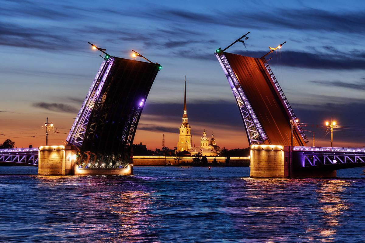 Pontes levadiças de São Petersburgo.