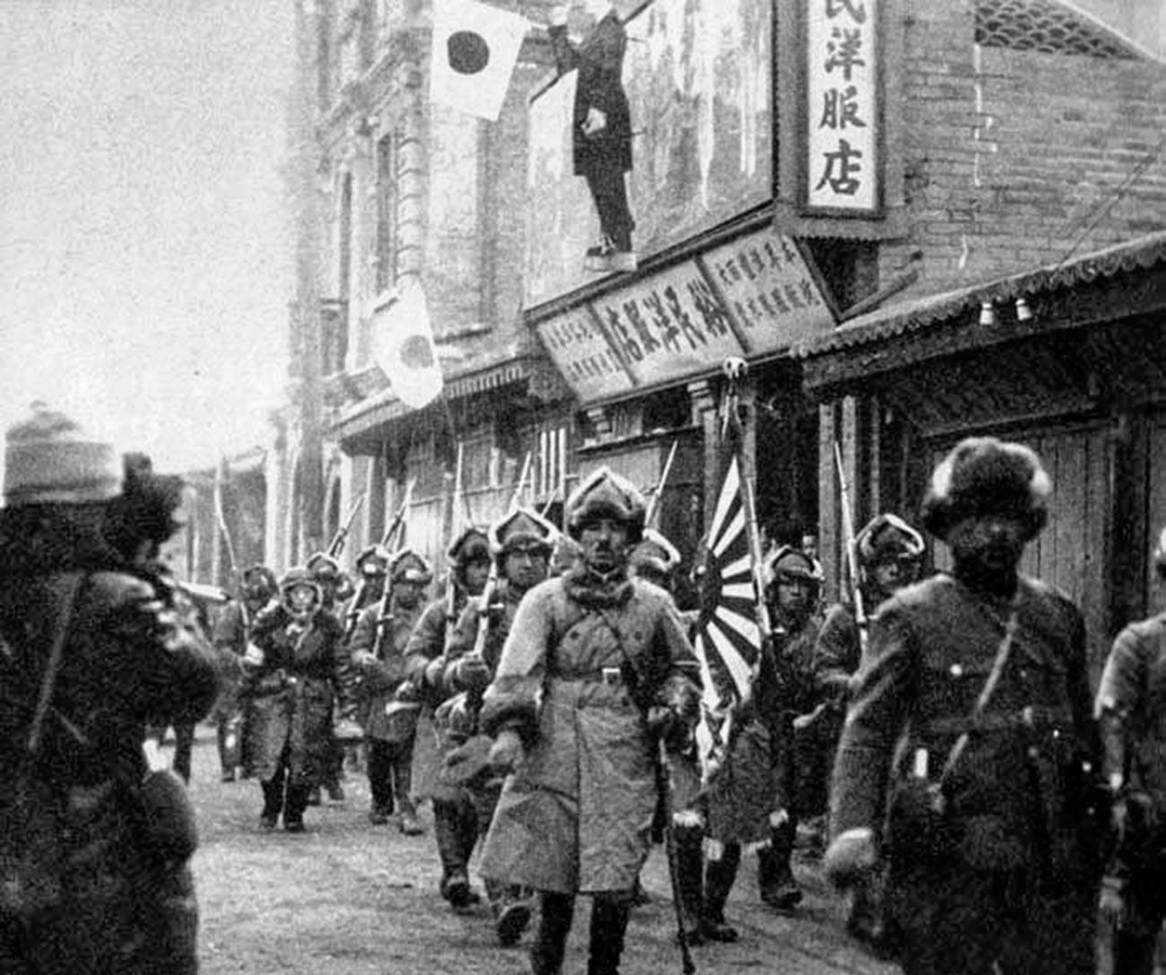 Tropas japonesas entrando em Chinchow.
