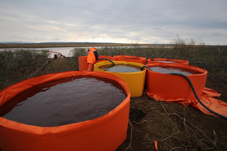 燃料を収集するためのコンテイナー、ノリリスク近くのアムバルナヤ川にて
