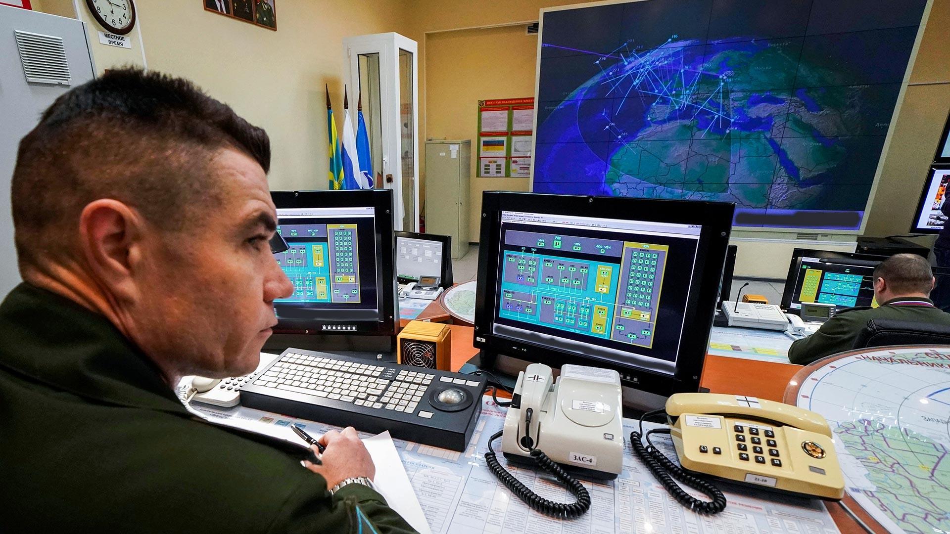 Soldados en servicio de combate en la estación de radar