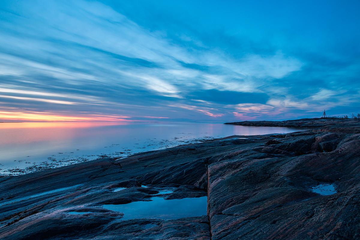 白夜の季節の白海に浮かぶ島