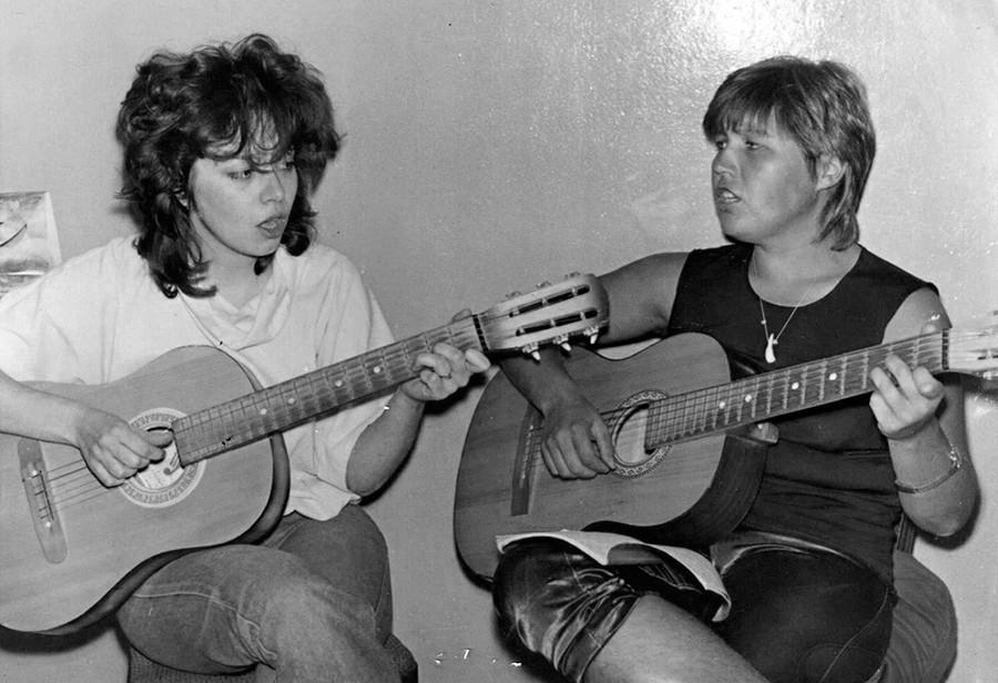 """Junge Frauen singen ein Lied der """"Beatles"""""""