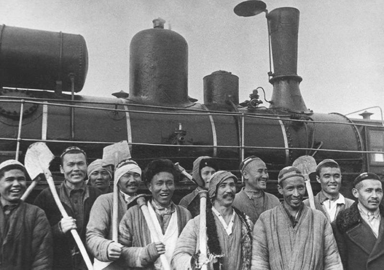 Kollektivbauern aus der Region Taschkent machten sich auf den Weg zur Baustelle des Maschinenbauwerks Tschirtschiq, eines Industriewerks, in dem alles produziert wurde, von Bomben bis zu Traktoren, 1930er Jahre.