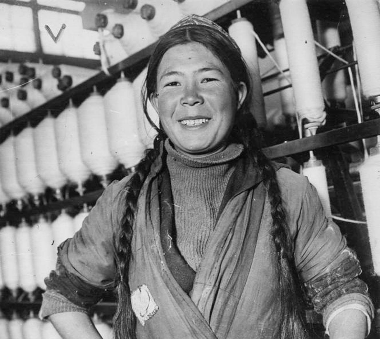 Gemulin Geledschijewa, eine der fleißigen Stachanowschina-Arbeiter, aus Tadschikistan, 1936.
