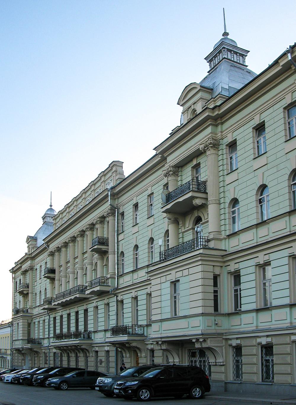 The house on Manezhnaya street, 9 – facing the Kremlin wall. Here, Anna Ulyanova lived until her death in 1935.