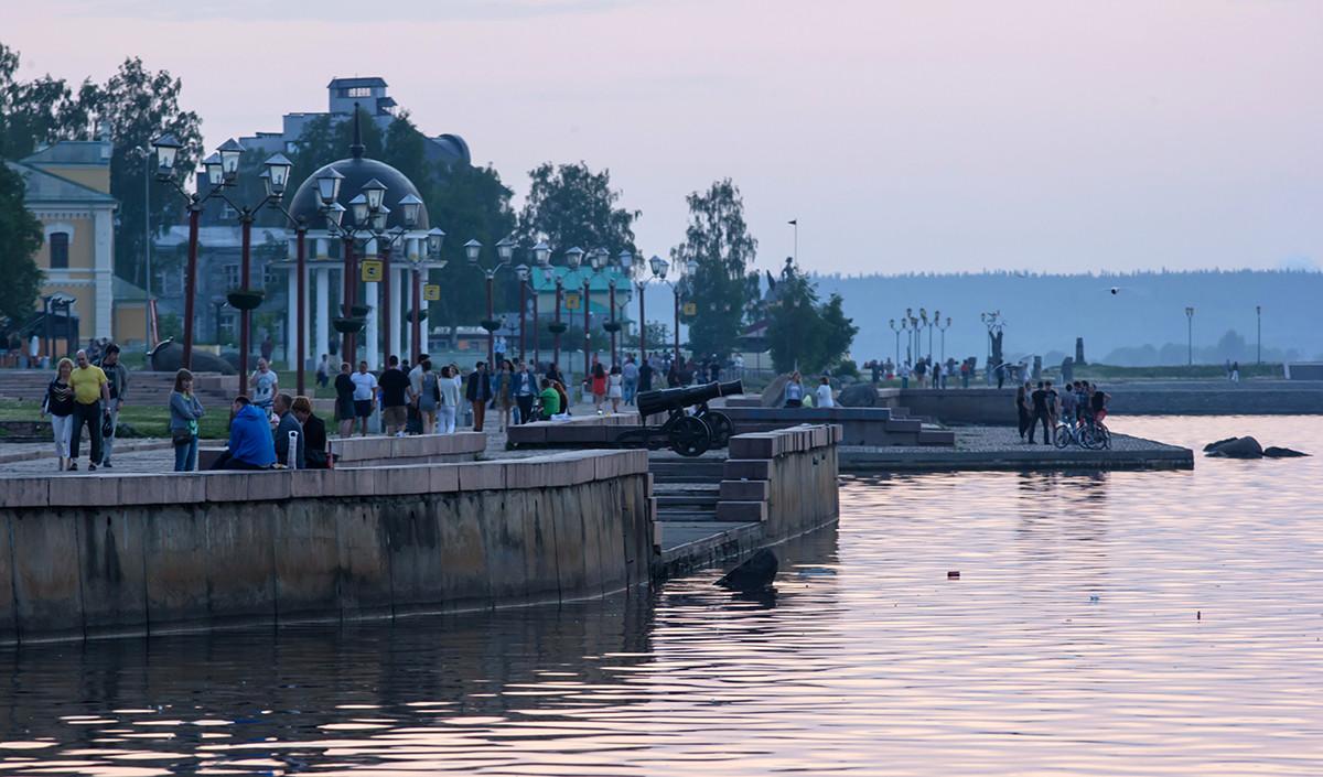 Orang-orang berjalan-jalan selama musim malam putih di Petrozavodsk.