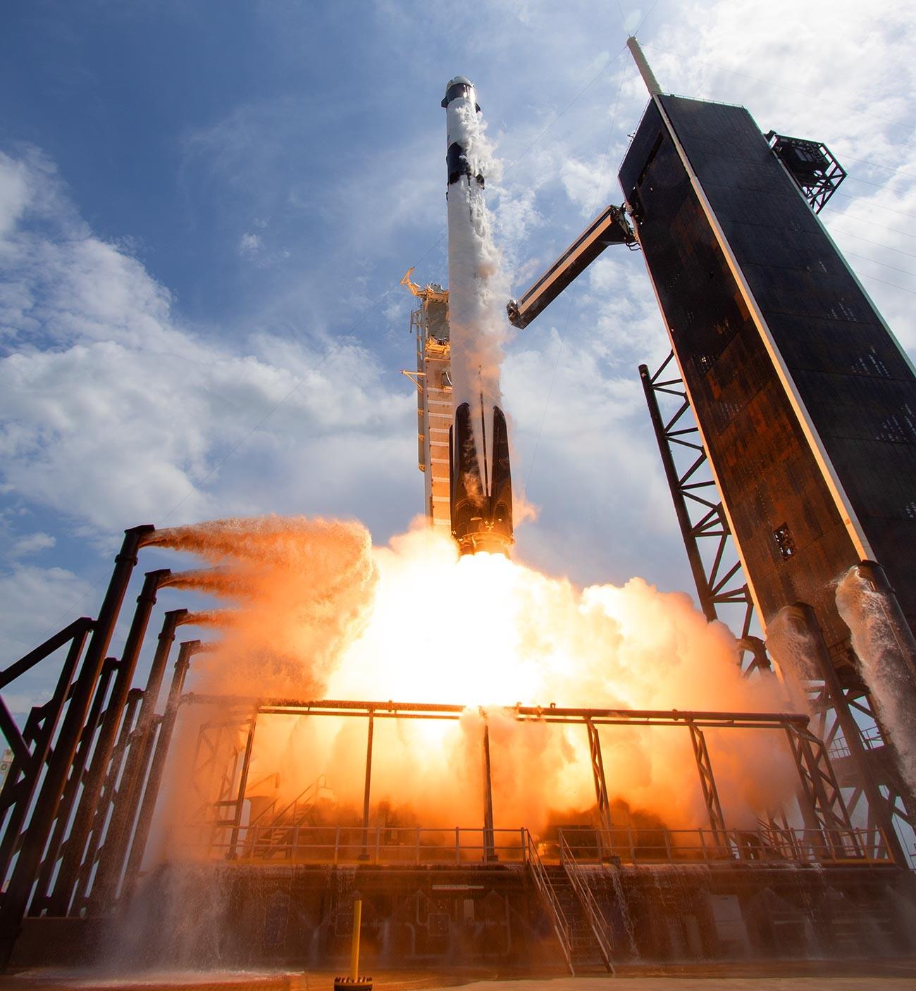 スペースXの宇宙船「クルードラゴン」を乗せ打ち上げられたファルコン9ロケット