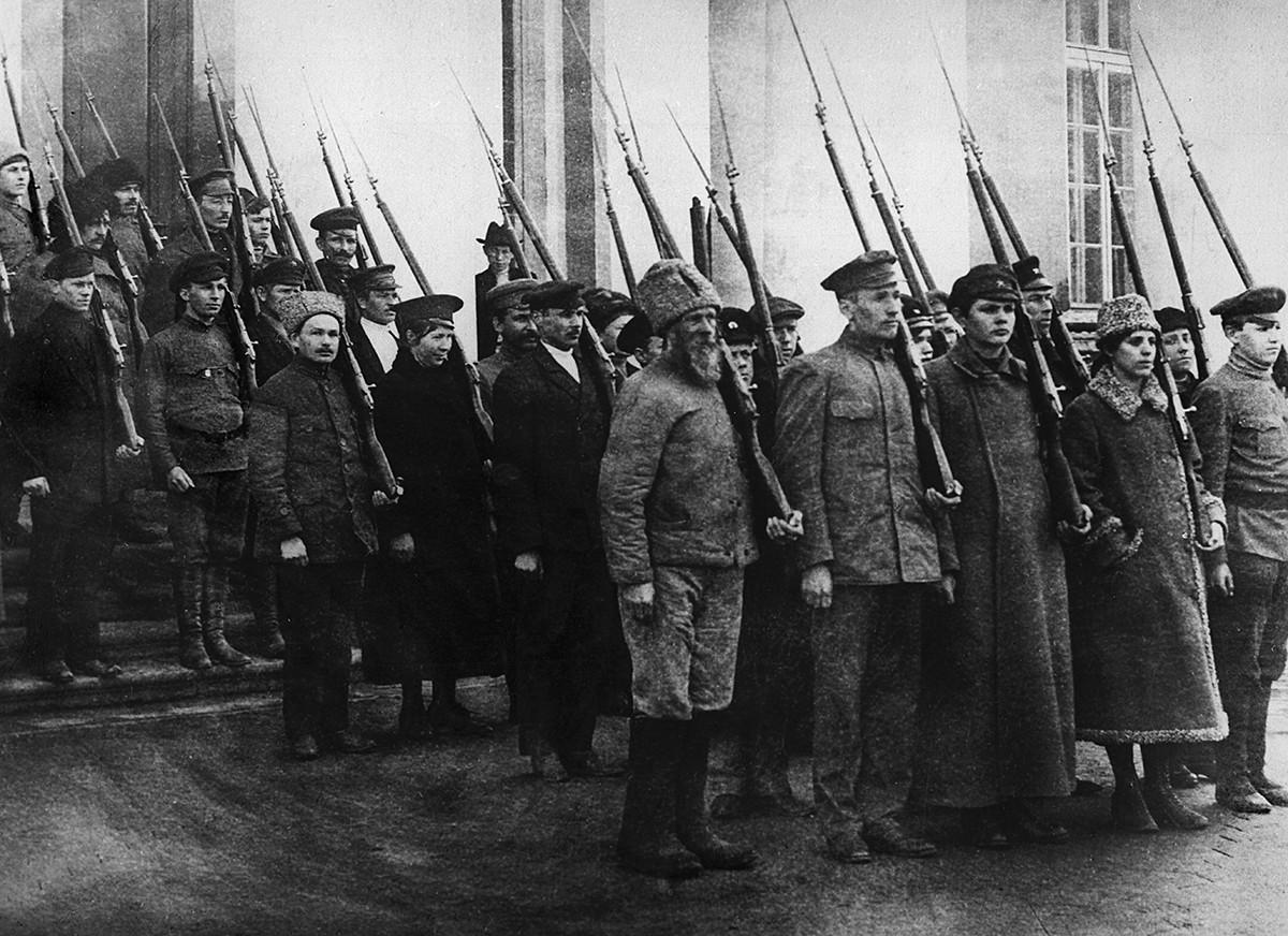 Des bolcheviks armés à Petrograd (ancien nom de Saint-Pétersbourg)