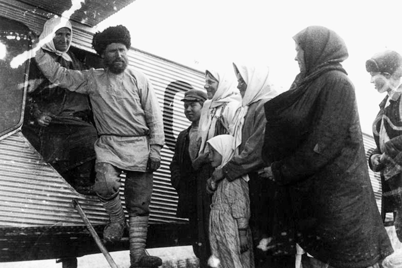 Radnici-udarnici sovjetskog kolhoza poslije leta avionom agitacijske eskadrile