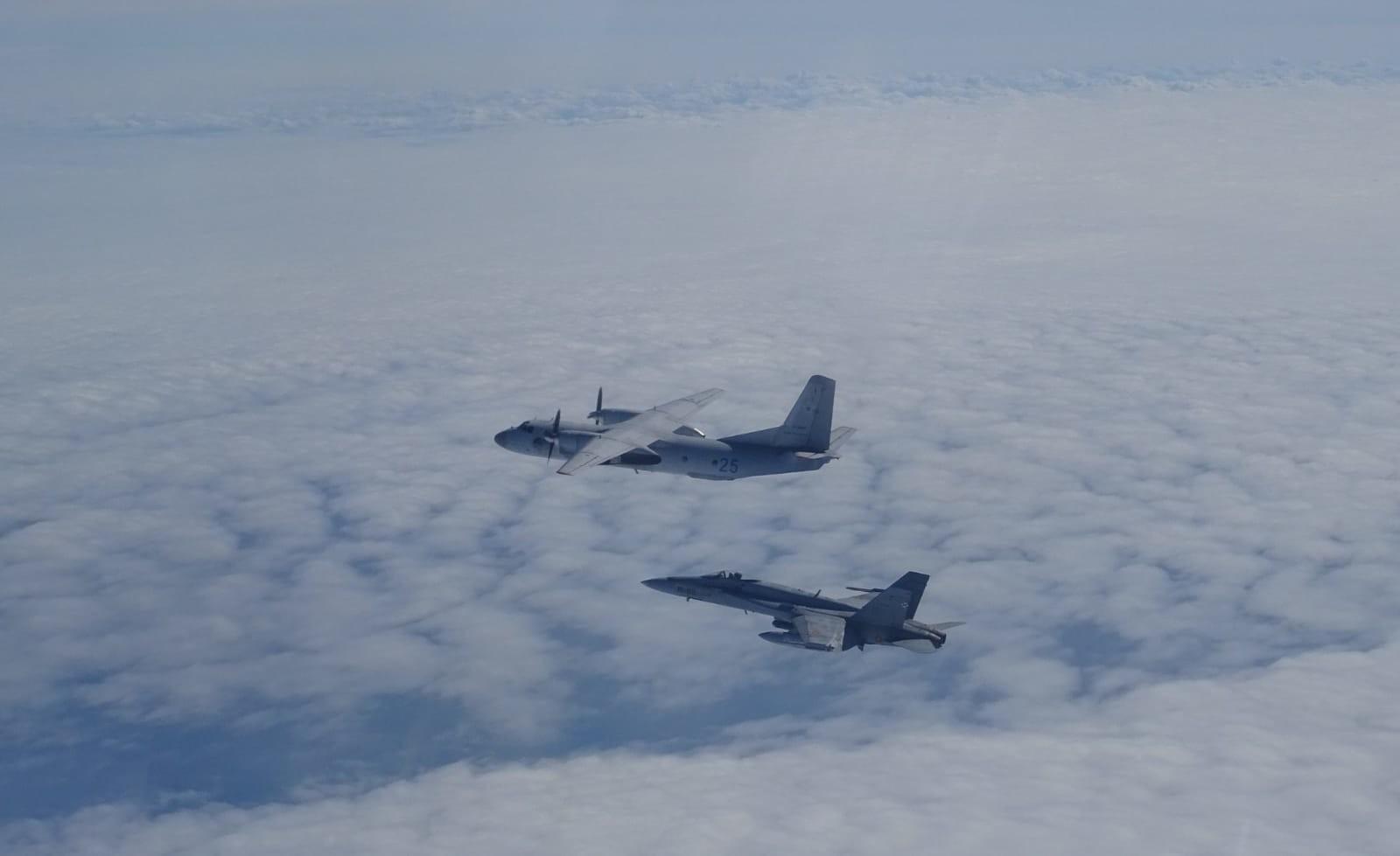 F-18M escoltando a un avión de transporte táctico Antónov An-26.