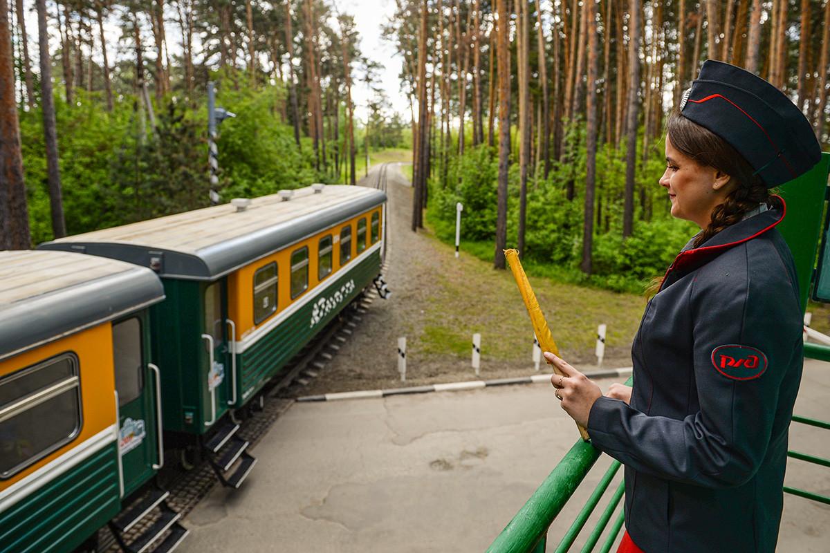 Поезд Детской железной дороги в Новосибирске в день открытия сезона движения поездов.