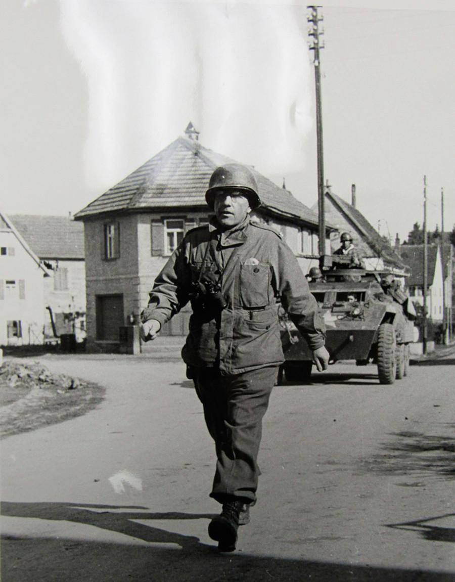 Борис Паш приема капитулацията на Танхайм, 1945 г.