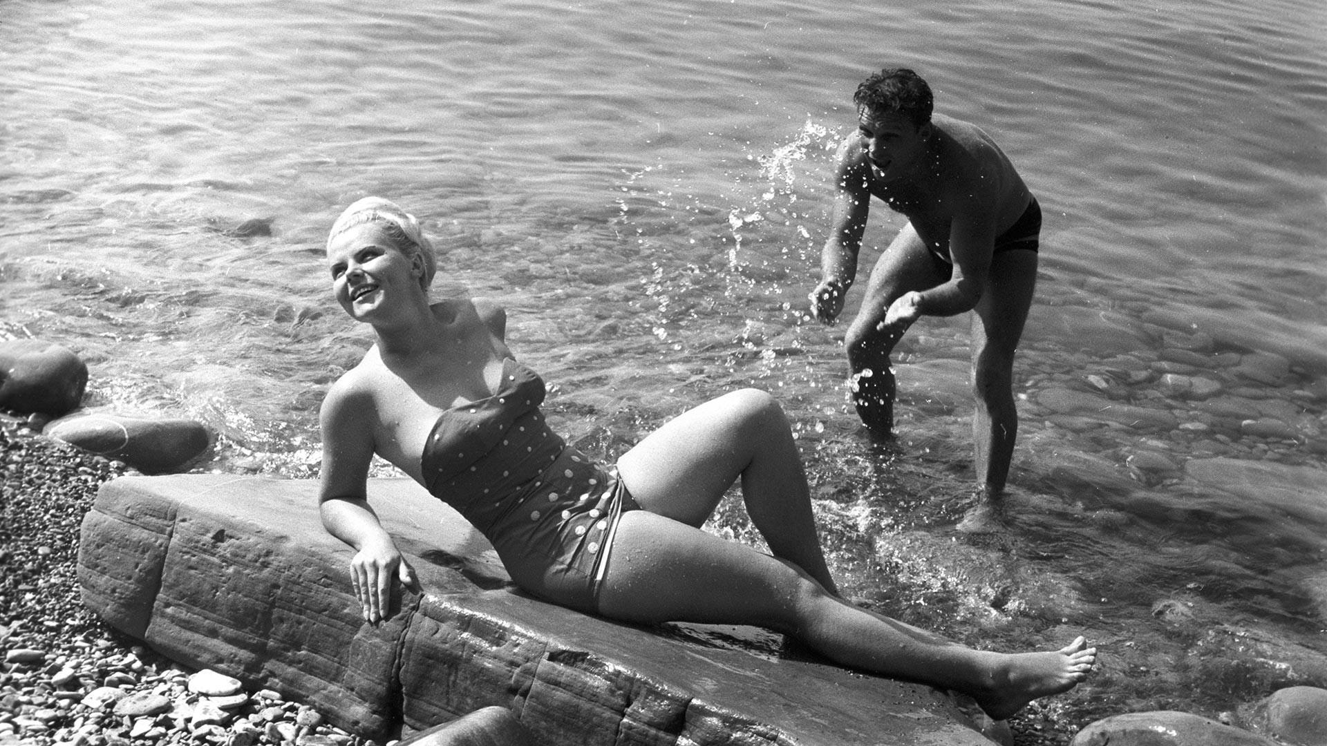 Отдыхающие на пляже в Сочи, 1960-е.
