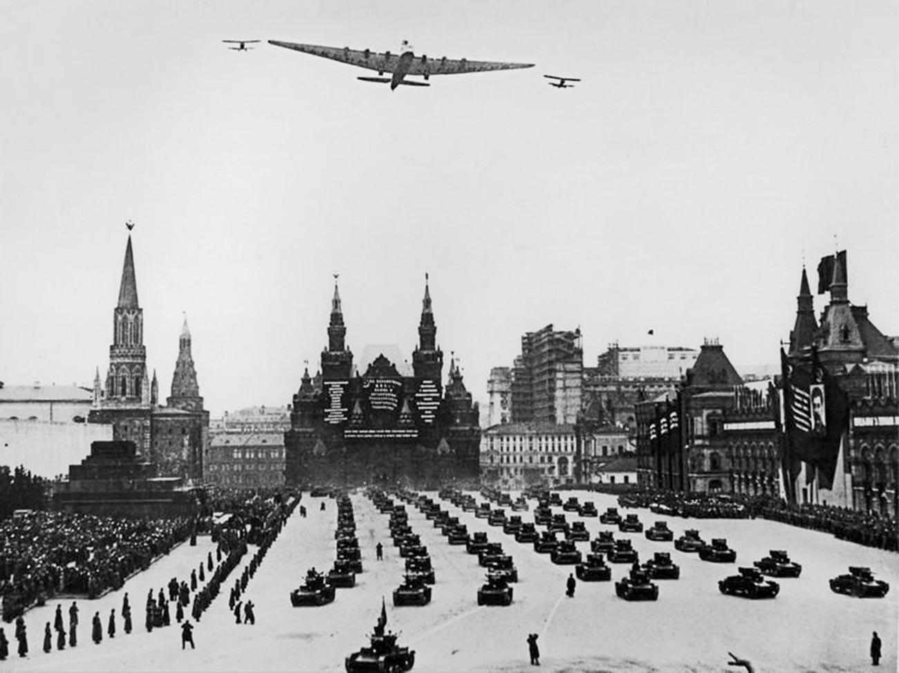 赤の広場の上に飛んでいる「マクシム・ゴーリキー」飛行機