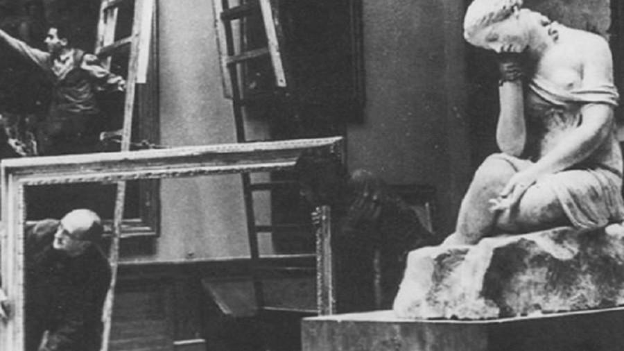 Funcionários do Museu Russo tirando quadros de suas molduras
