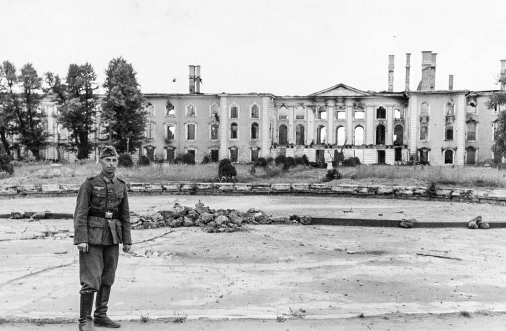 Soldado alemão posando em frente ao Grande Palácio de Peterhof, 1943