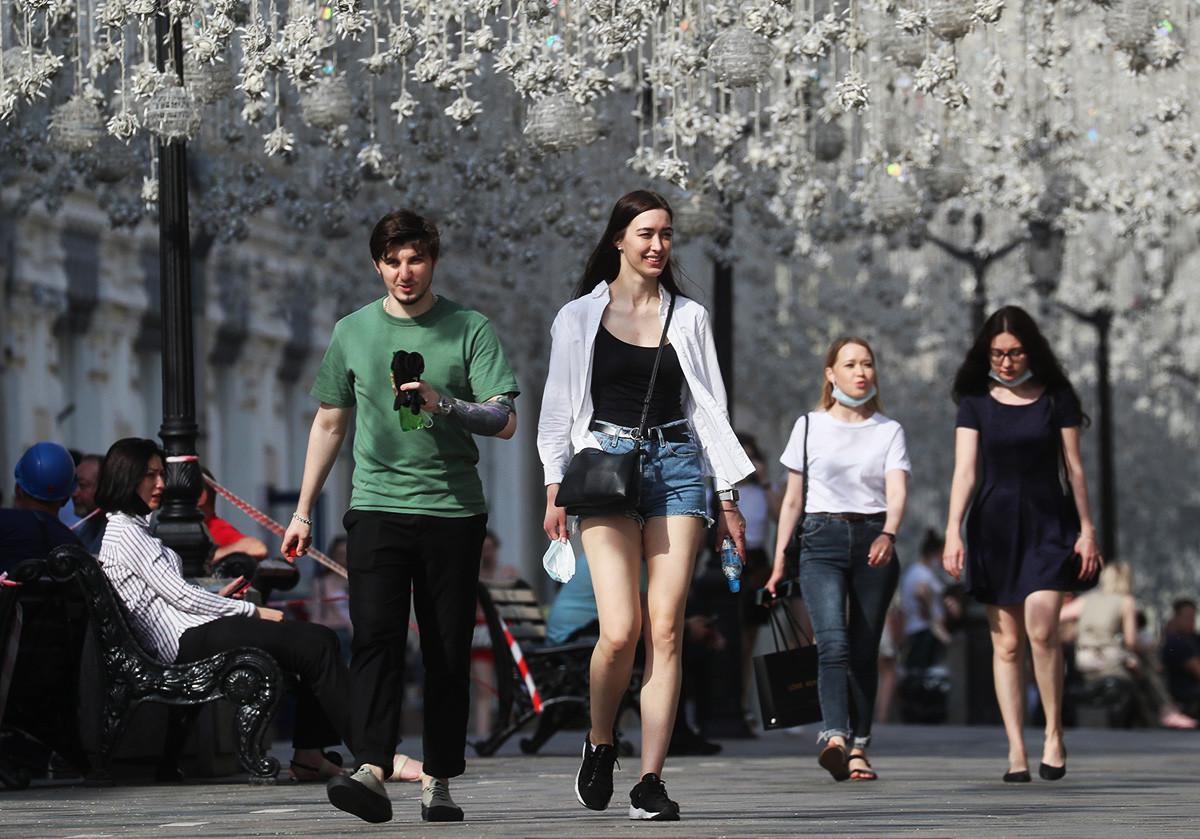Gente en la calle Nikólskaia.