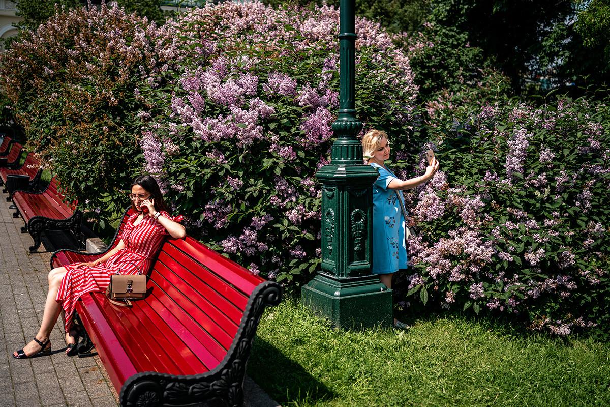 Žene uživaju u toplom i sunčanom danu u parku u centru Moskve, 9. lipnja 2020., prvog dana nakon što je Moskva ukinula niz mjera uvedenih zbog koronakrize.