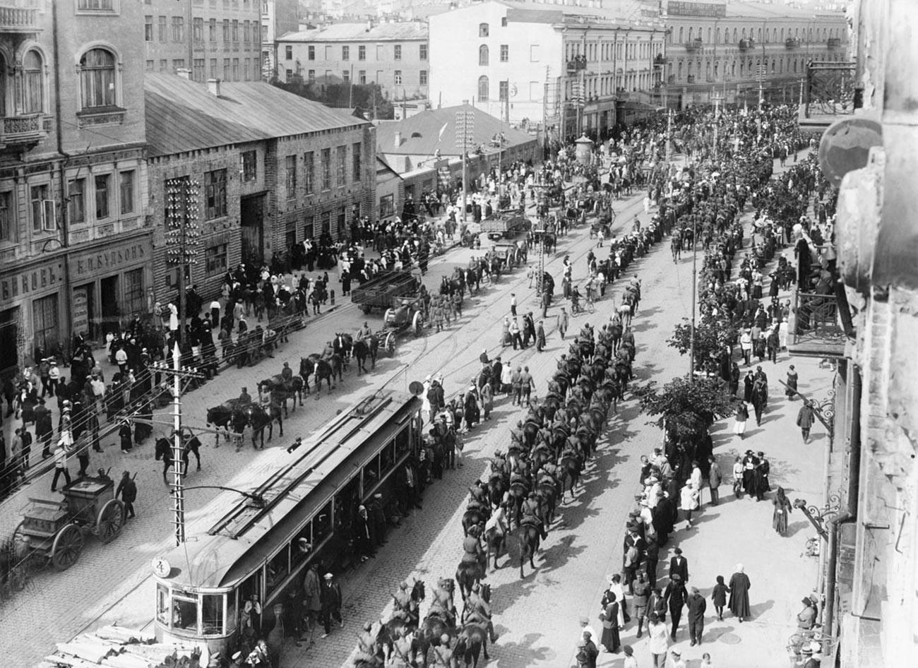 Польско-украинские войска вступают в Киев, 1920.