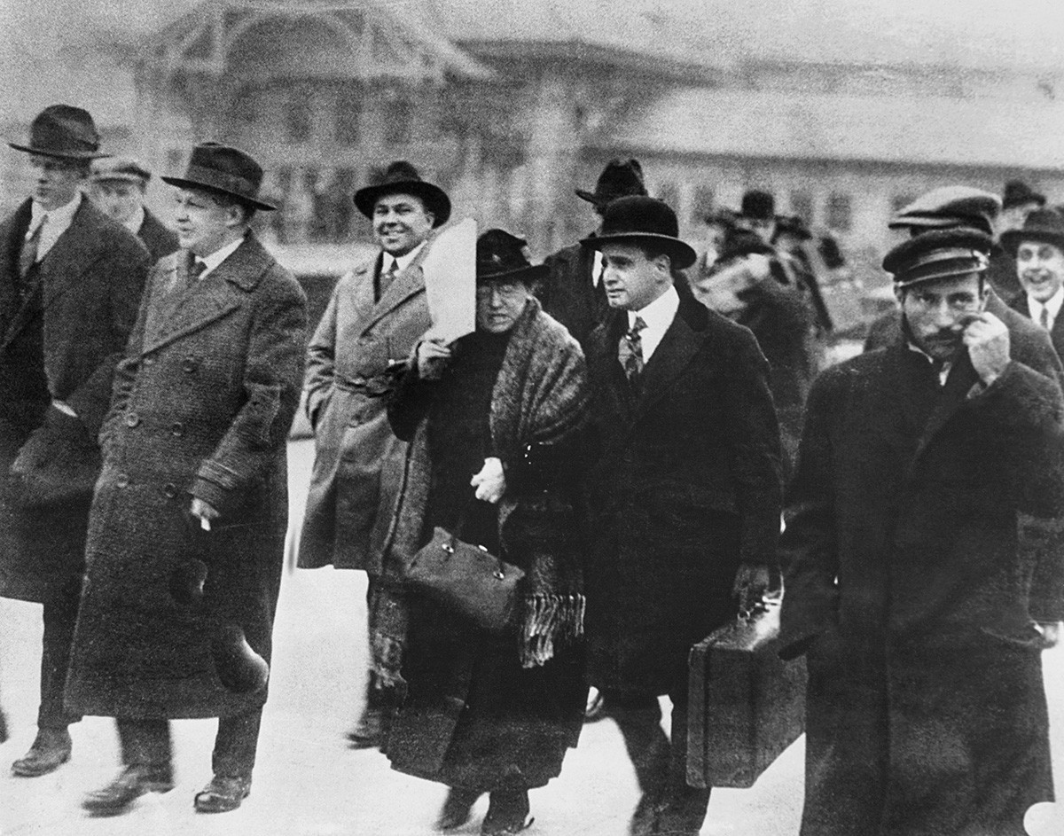 Emma Goldman z odvetnikom Harryjem Weinbergerom na poti do otoka Ellis, od koder je bila kasneje z ladjo deportirana v Rusijo.