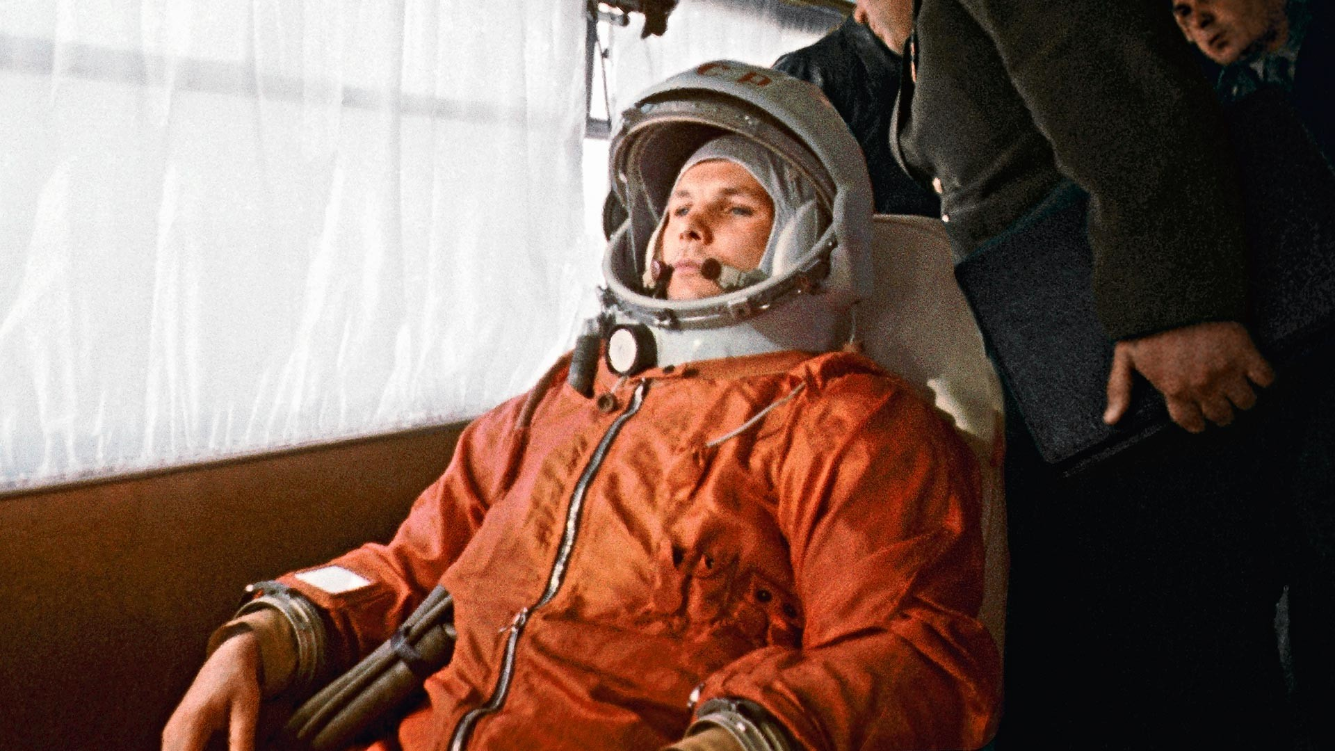 Космонавтът Юрий Гагарин пътува с автобус до космодрума Байконур на 12 април 1961 г.