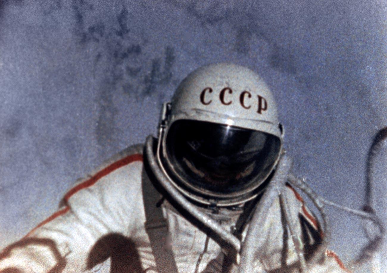 Космонавтът Алексей Леонов в открития космос. 18 март 1965 г.