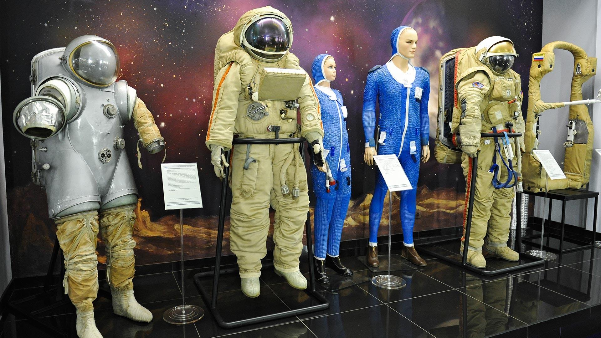 """""""Кречет"""", костюм с водно охлаждане КВО-9 и """"Орлан-ДМА"""" (отляво надясно)"""