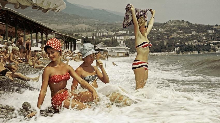 Costa do Mar Negro, na Crimeia. Férias na praia Gurzuf, 1963.