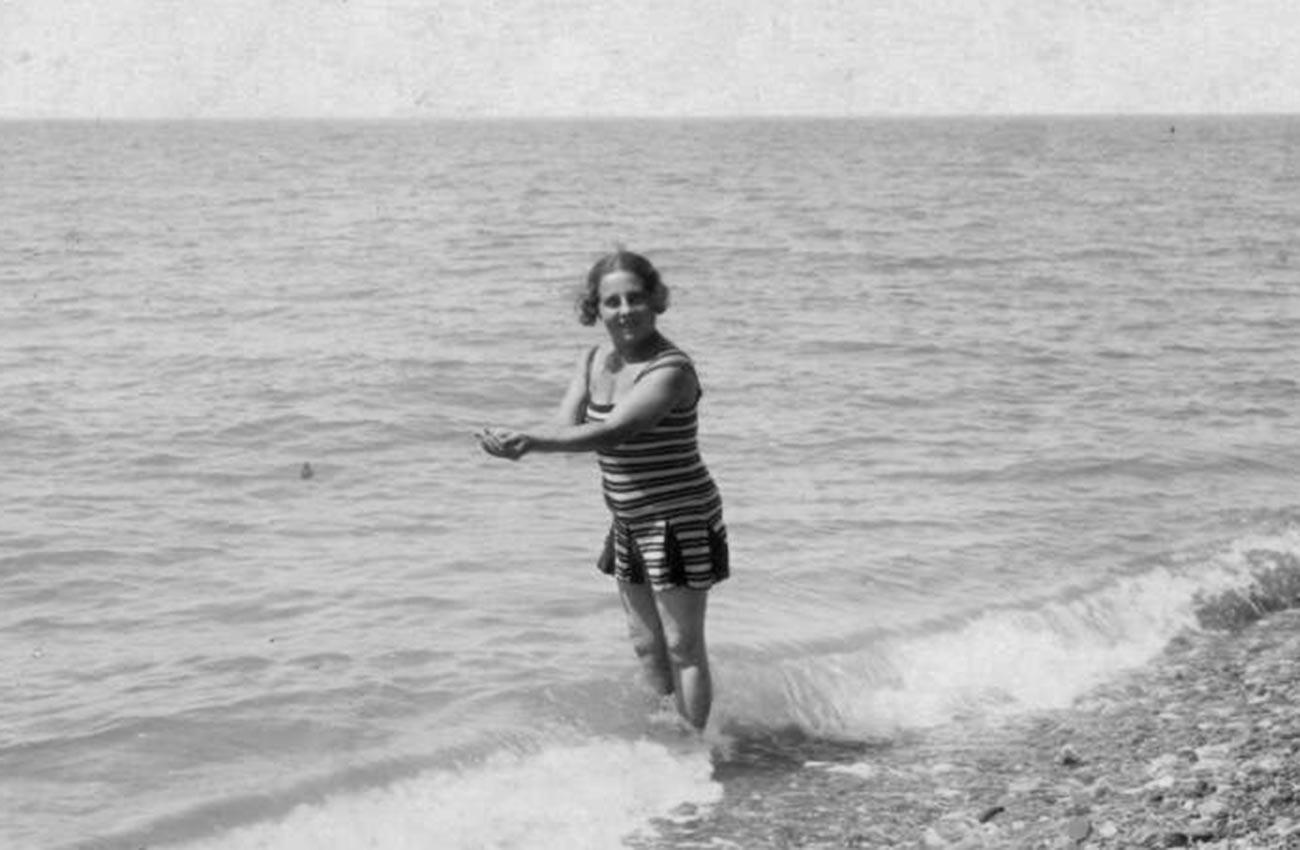 Retrato de uma mulher à beira-mar, nos anos 1920.