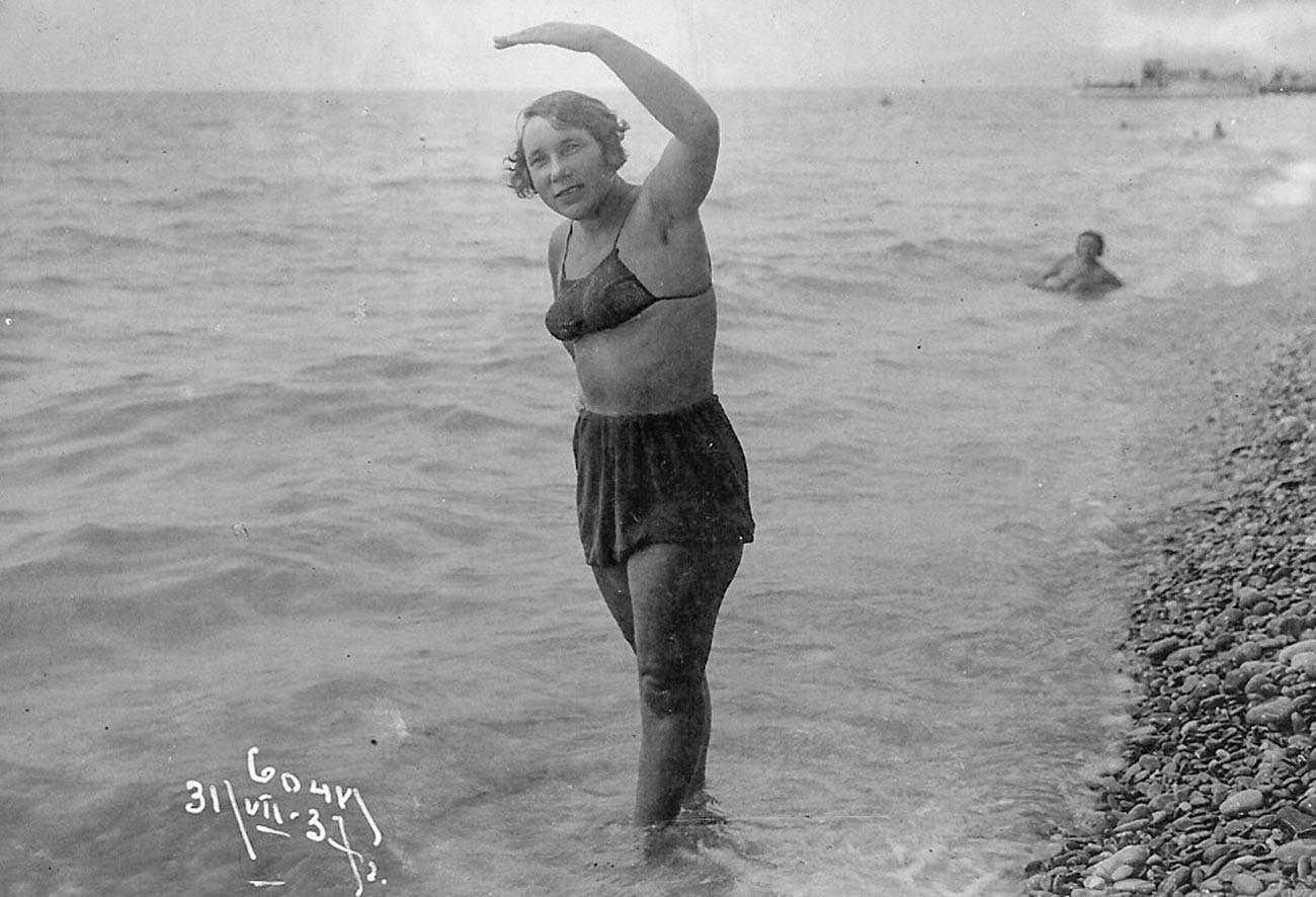 Na praia de Sôtchi, em 1937.