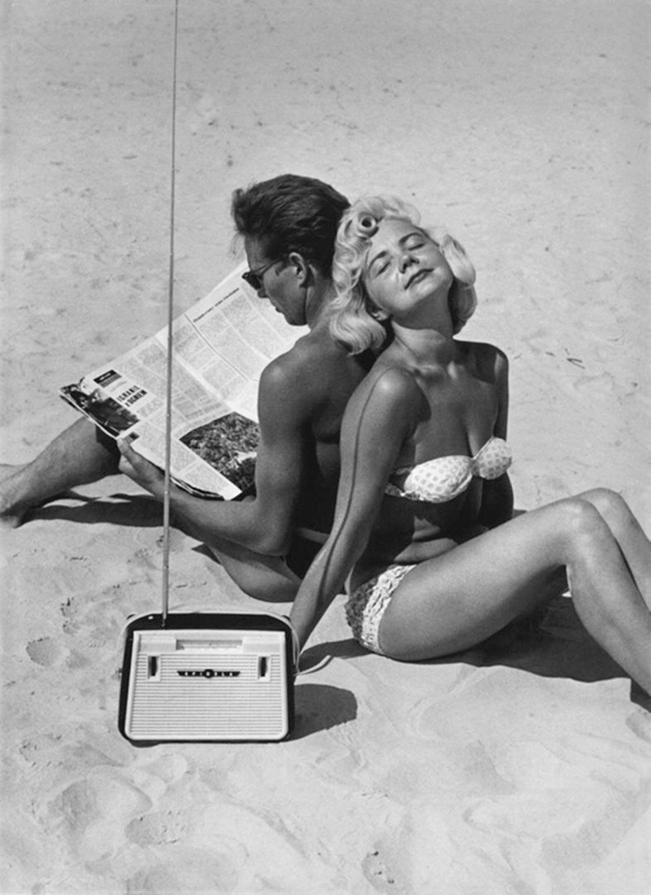 """O primeiro rádio soviético """"Spidola"""", na praia de Jurmala, em 1960."""