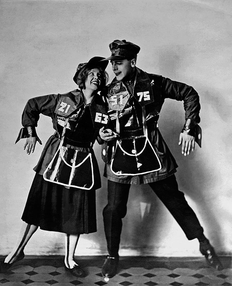 """A brigada de agitação teatral """"Blusas azuis"""" montava performances de propaganda talentosas. Por exemplo, aqui os atores vestem as fantasias """"Metropoliten""""."""